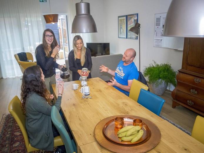 Medewerkers Aranka Dietrich, Pauline Rootsaert, Linsey Waebeke en Angelo van Drongelen (vlnr) in de gezamenlijke ruimte van woonlocatie Bolwerk in Sas van Gent.