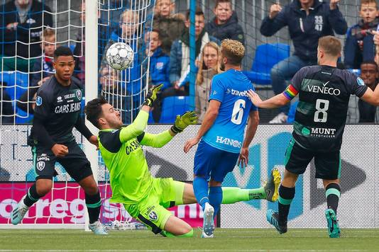 ADO Den Haag-keeper Luuk Koopmans in de problemen, waarna Reza de 2-1 zou laten aantekenen.