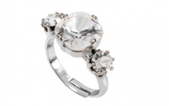 De replica van de ring van Meghan Markle.
