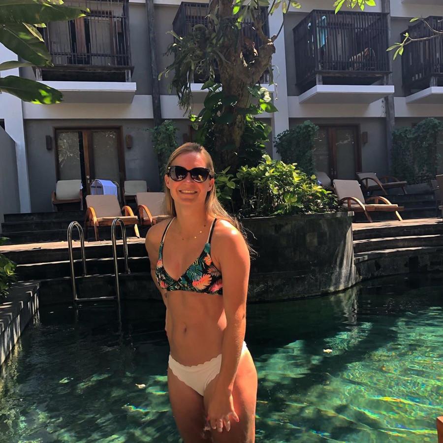 Desiree van Lunteren in een zwembad op Bali.