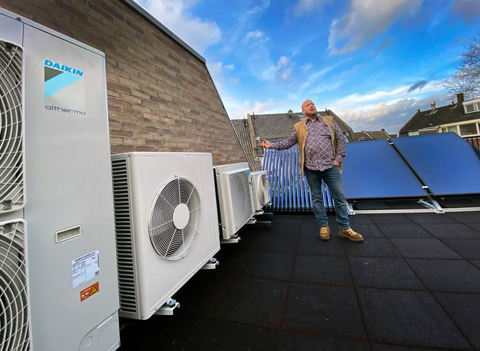 Maikel de Groot geeft uitleg bij de in formaat en vermogen oplopende warmtepompen aan de gevel boven zijn showroom.