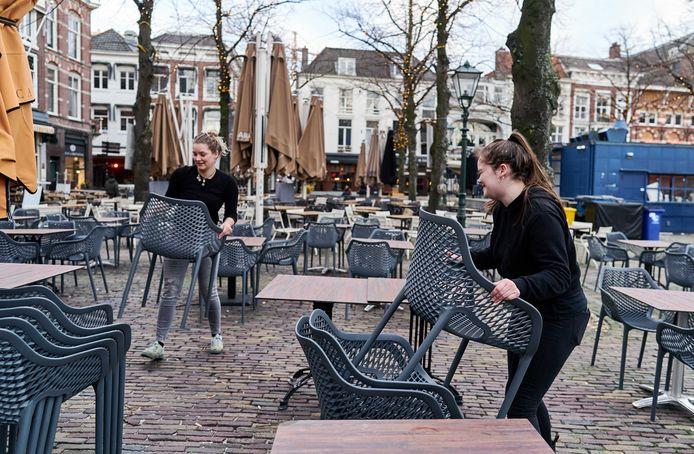 Foto ter illustratie. Werknemers ruimden afgelopen zondagmiddag het terras op het Plein in Den Haag op na de aankondiging dat de horeca drie weken geen klanten mag ontvangen.