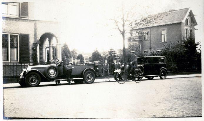 De auto van Sigmund Menko, geparkeerd voor de woning van het gezin.
