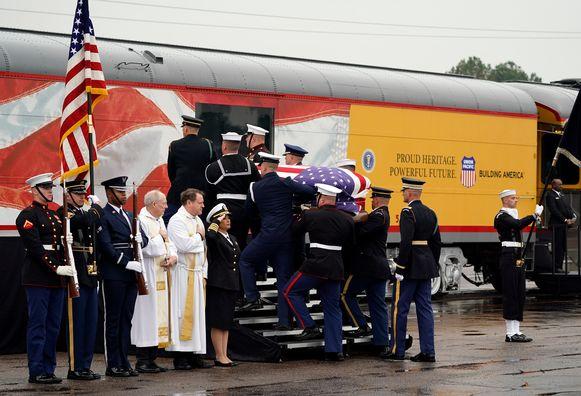 De kist van Bush wordt door militairen de trein in gedragen in Spring, Texas.