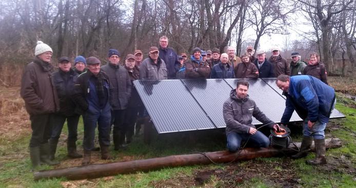 Vrijwilligers en sponsoren bij de in de eendenkooi geplaatste zonnepanelen.