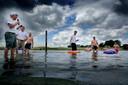 ¶ Nadat het zwemverbod was opgelegd, werd er actie gevoerd in het water.