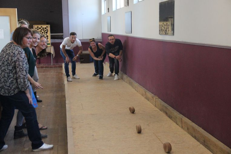 Na schooltijd nemen de leerkrachten het tegen elkaar op met bollen.