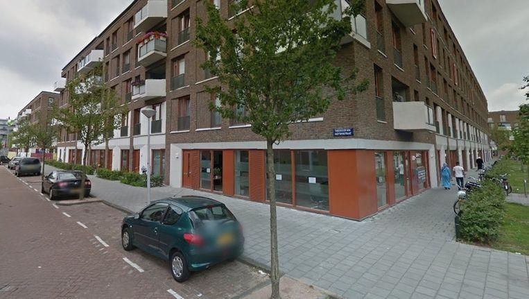In het pand op de hoek van de Derkinderenstraat en de Theodoor van Hoytemastraat raakte woensdagmiddag een man zwaargewond bij een schietpartij. Beeld Google Streetview