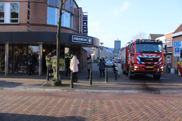 De kledingwinkel Freewear werd ontruimd nadat er door verschillende mensen een gaslucht werd geroken.