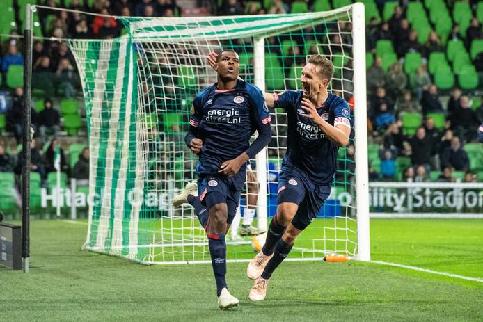 Denzel Dumfries schiet PSV in de slotfase naar de winst tegen FC Groningen.