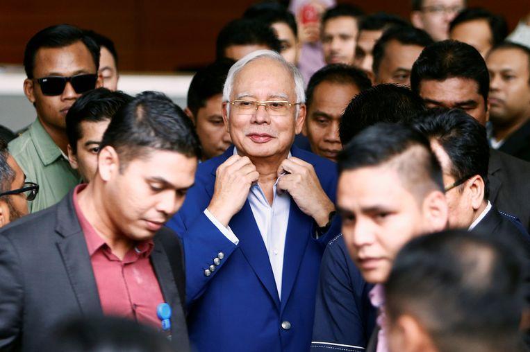Oud-premier Razak verlaat het kantoor van de Maleisische Anti-Corruptie Commissie. Beeld REUTERS