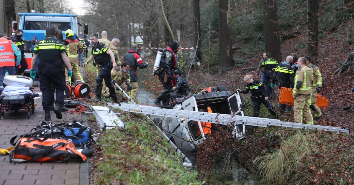 Twee doden bij ernstig ongeluk bij Wassenaar: Busje raakt van weg en belandt op kop in sloot.