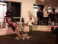 Supporters Vitesse leggen rouwkrans voorafgaand aan 'uitvaartdienst' NEC, NEC-fans leggen bloemen