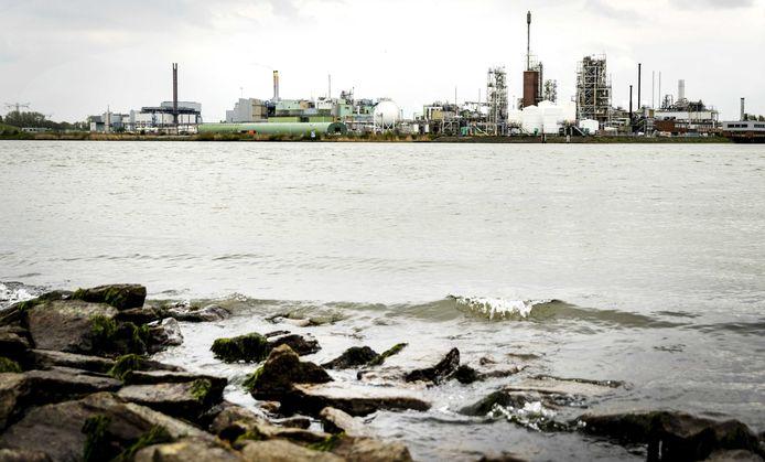 Fabrieken liggen vaak langs het water, foto ter illustratie