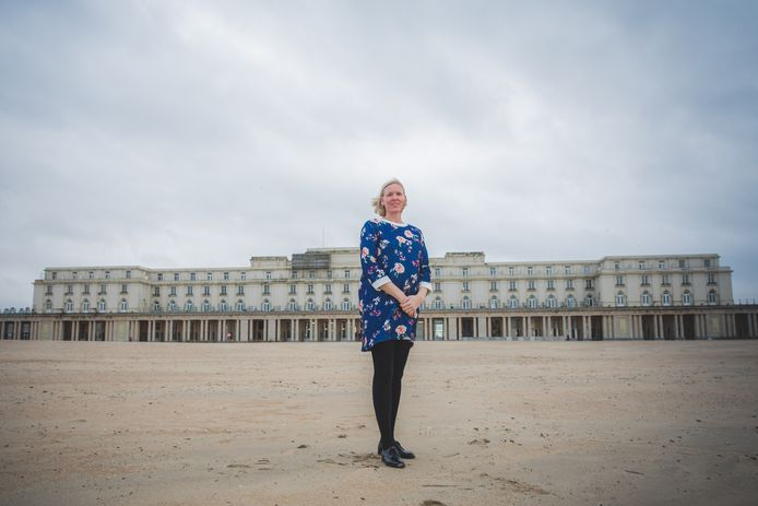 Uitbaatster Olivia Vanmoerkerke op de plek waar de liefde voor het luxehotel bij haar familie begon: het strand van Oostende.