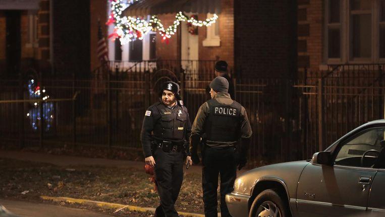 Politieagenten in Chicago onderzoeken op Nieuwjaarsdag de locatie van een schietpartij. Beeld afp