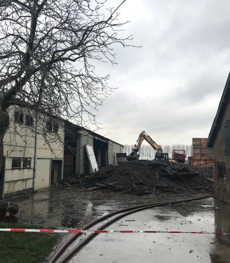 Brand schuur Axel smeult nog na, Hulsterseweg nog flink deel van de dag afgesloten