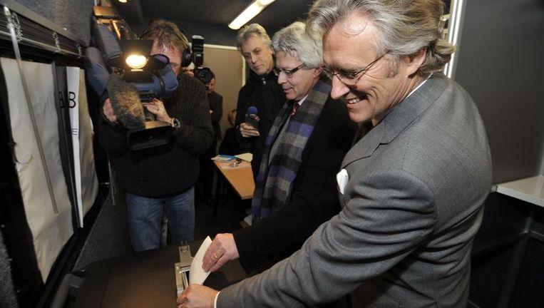 De burgemeester van Leeuwarden Fred Crone (2e van rechts) en de Commissaris van de Koningin van Friesland John Jorritsma (R) brengen in de nacht van dinsdag op woensdag als eerste in Nederland hun stem uit voor de Provinciale Statenverkiezingen. Beeld null