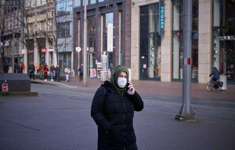 Een vrouw met een mondkapje in Den Haag. Beeld ANP