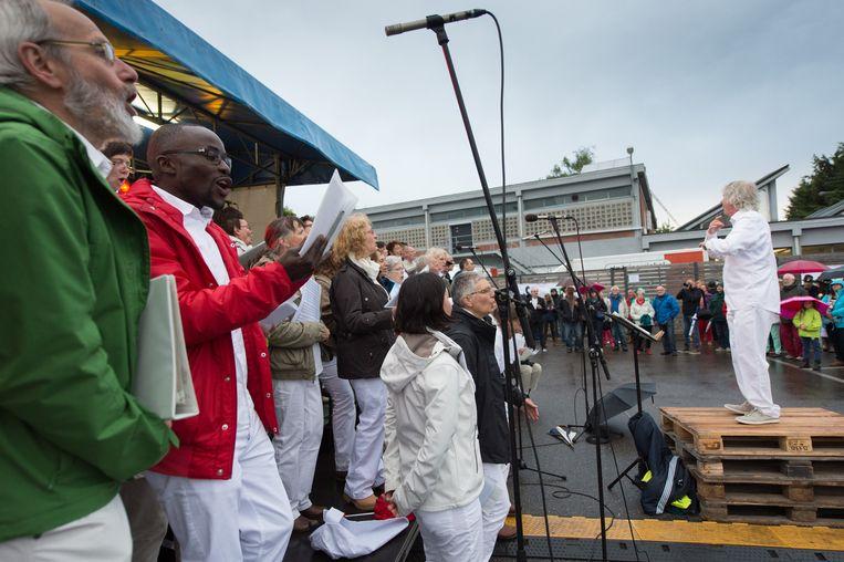 De tegenbetoging aan de Kringloopwinkel in de Noordstraat lokte meer volk met zo'n 250 aanwezigen.