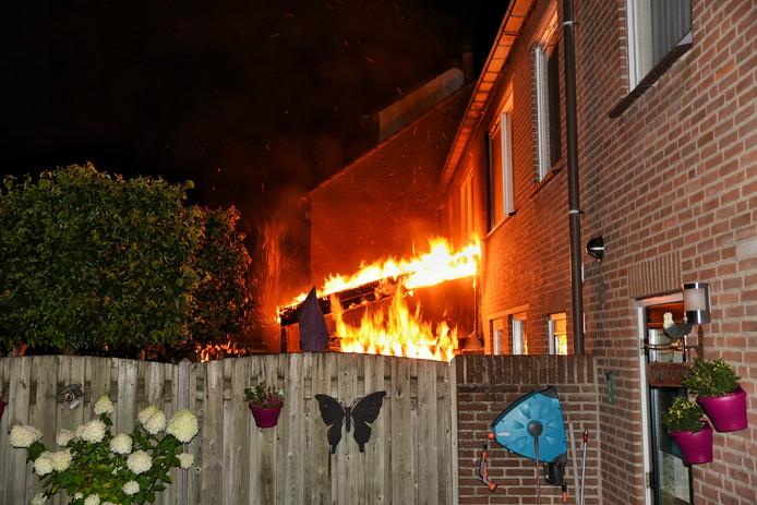 De brand begon bij de overkapping in de tuin