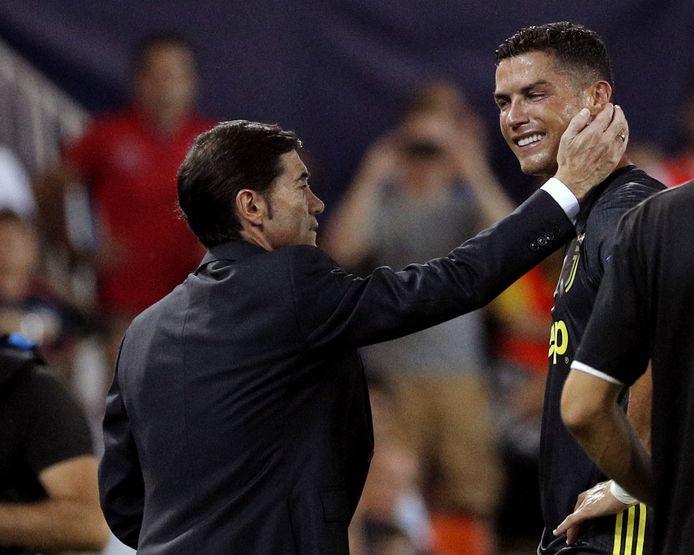 Cristiano Ronaldo wordt na zijn rode kaart getroost door Valencia-coach Marcelino Garcia Toral.