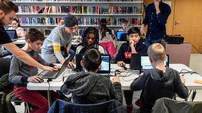 Kinderen leren programmeren in bibliotheek