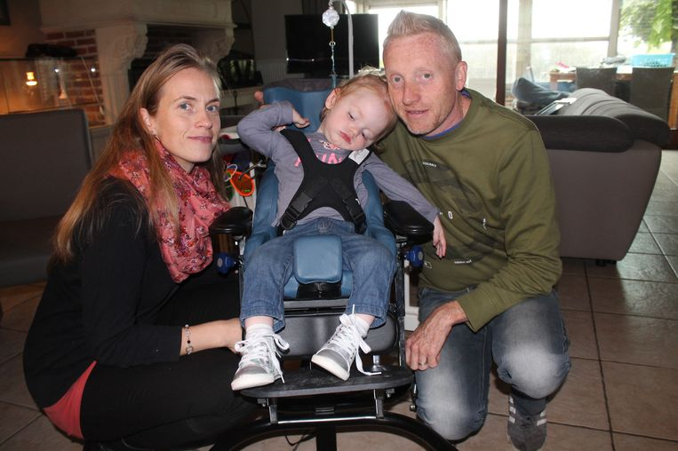 Ouders Julie en Philippe bij Lio Van Bever, de peuter die aan het zeldzame CDKL5-syndroom lijdt.