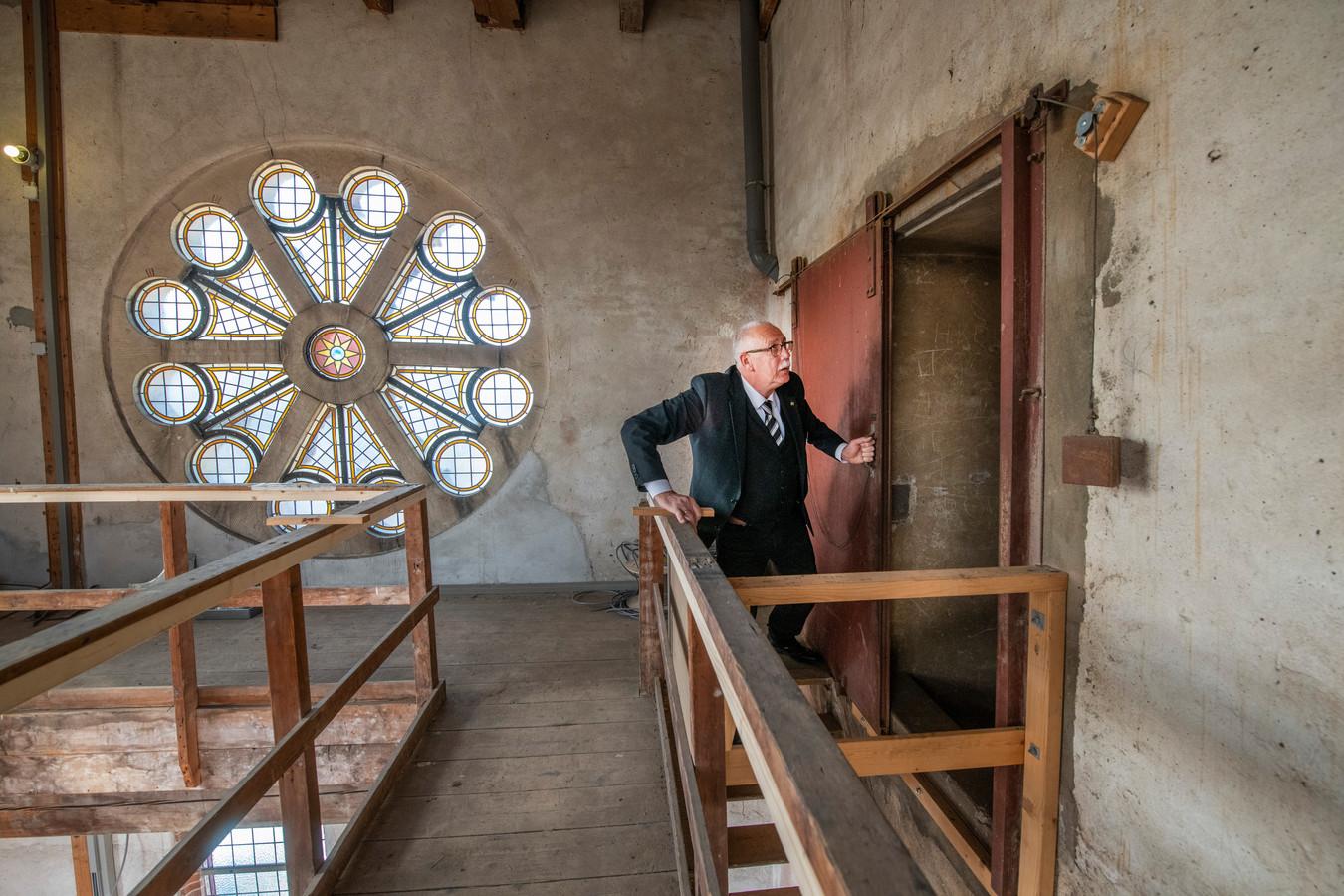Koster Teun van Twist van de Grote Kerk in Apeldoorn toont de ijzeren branddeur die tussen de toren en het dak zit.