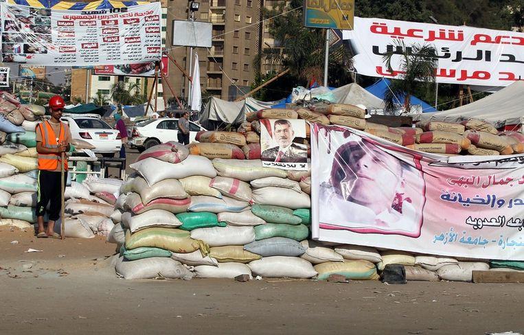 Demonstranten blokkeren de weg in Caïro. Beeld epa