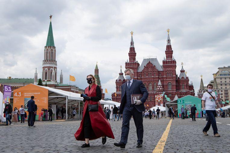 Mensen dragen een mondmasker op het Rode Plein in Moskou.