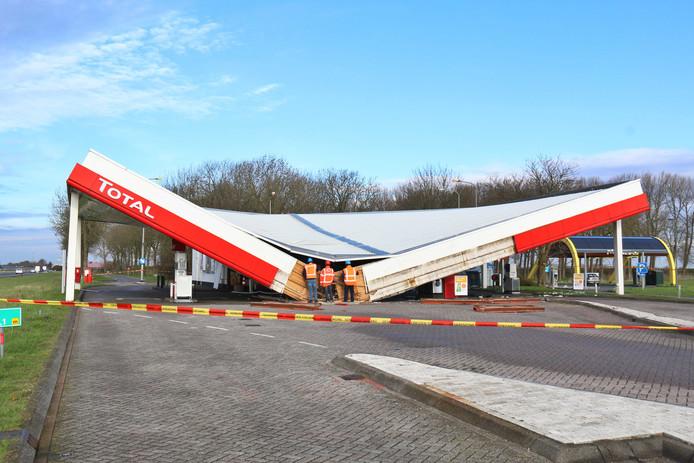 In de nacht van 2 op 3 april bezweek het dak van het Total benzinestation in 's Heer Arendskerke. Niemand raakte gewond.