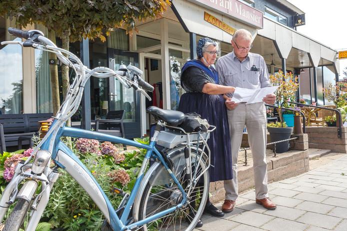 Klaas en Jentje uit Staphorst keken in 2017 de route alvast door. Over anderhalve week begint de laatste Sallandse Fietsvierdaagse