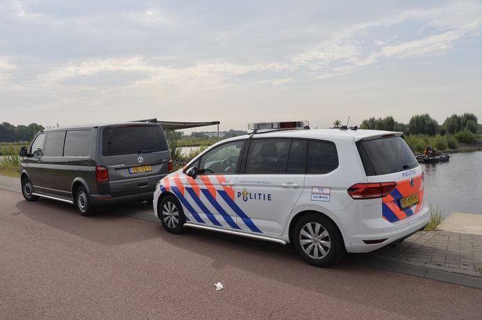 Politie dregt met boot in water Waterdonken Breda.