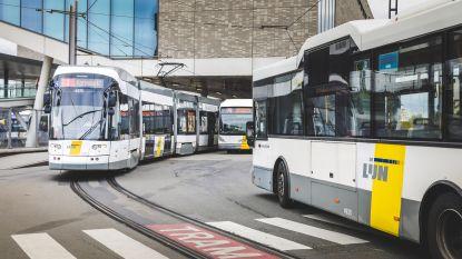 Bus rijdt zich vast aan station, half uur oponthoud