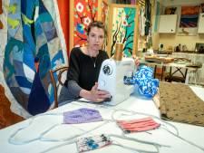 Kunstenares Tatjana zat plotsklaps zonder werk en naait daarom nu mondkapjes