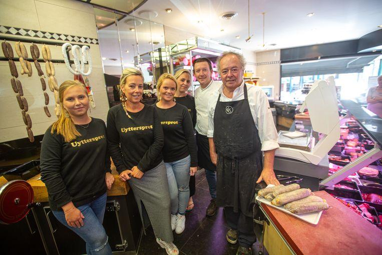 Het team van slagerij Uyttersprot in de Opperstraat met rechts Hedwig bij zijn befaamde snollen.