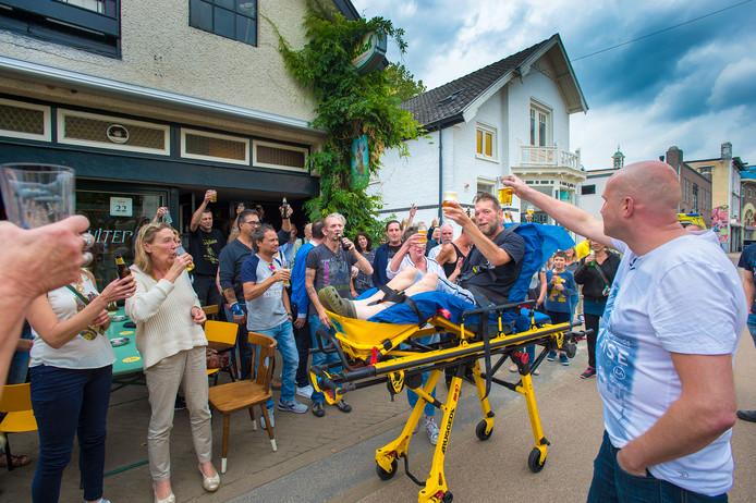 De ernstig zieke Johnny Louvet kon dankzij Wens Ambulance Veluwe woensdag nog een keer een biertje drinken in zijn stamkroeg de Flierefluiter.