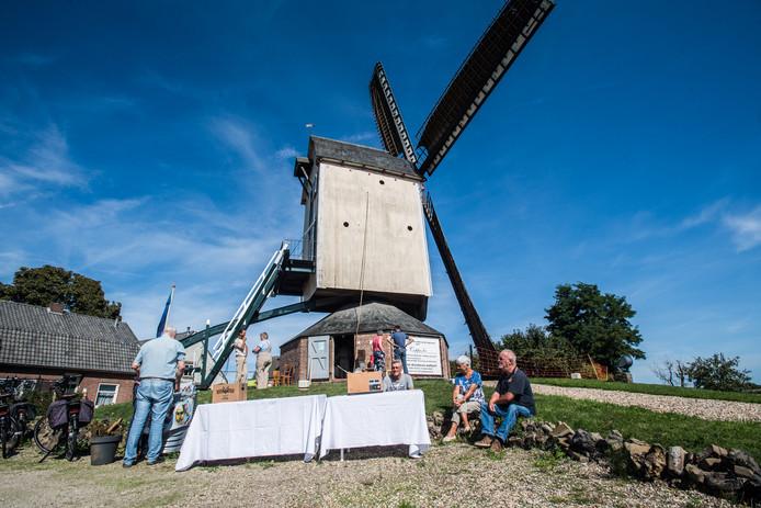 Open Monumentendag bij de molen in Herveld. Molenaar Mart Peerlings geeft uitleg.