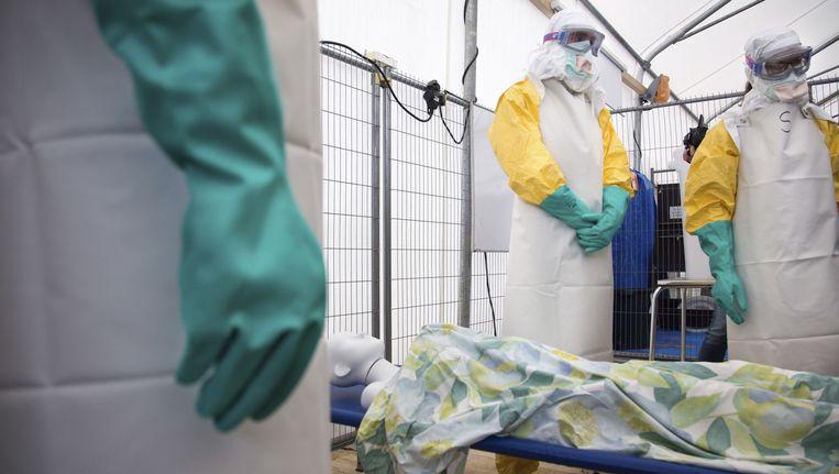 Gezondheidswerkers krijgen een cursus van Artsen Zonder Grenzen in Brussel over omgaan met het ebolavirus. Beeld ap
