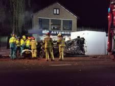 Bestuurder ramt auto bij benzinepomp Apeldoorn: enorme ravage