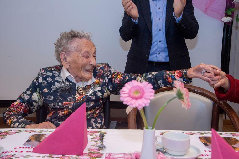 Elza geniet van alle gelukswensen op haar 106de verjaardagsfeest.
