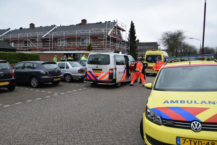 Man valt van steiger aan Meidoornstraat in Hoeven.