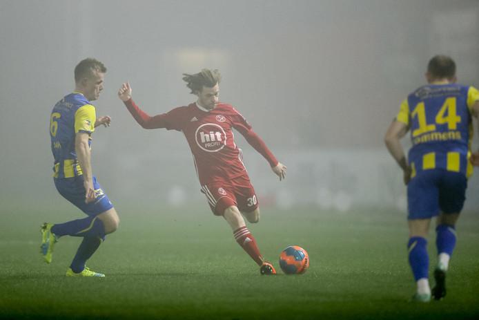 James Efmorfidis haalt uit namens Almere City tegen TOP Oss.