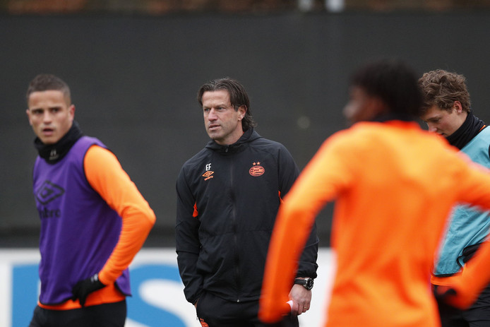 Ernest Faber leidt de training bij PSV.