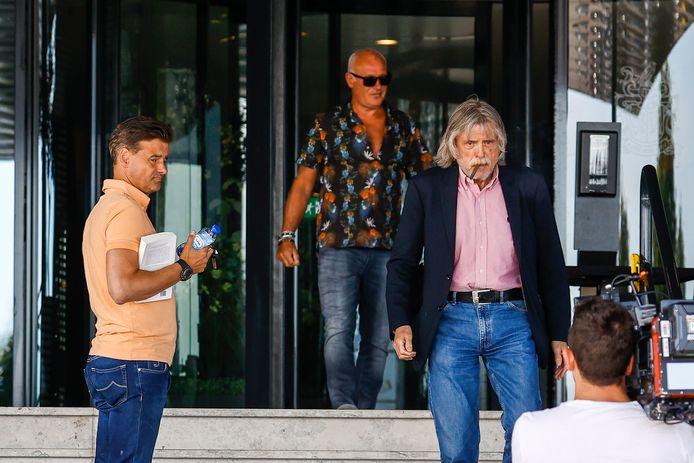 De mannen verlaten een hotel in Zwolle na overleg over de toekomst van VI.