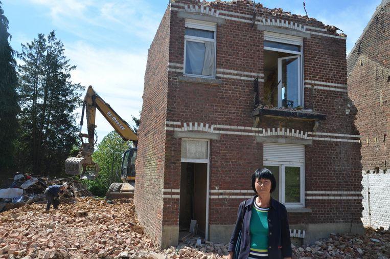 Burgemeester Ingrid Holemans voor de woning die wordt afgebroken.