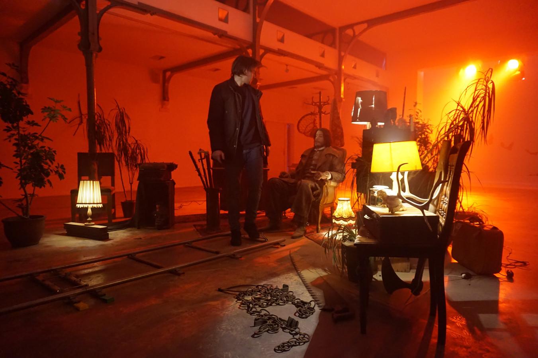 De Tilburgse filmmaker Guust Mulder (links) geeft instructies op de set van Alaraph.