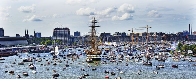Historische schepen varen over het IJ in Amsterdam tijdens Sail 2010. Beeld anp