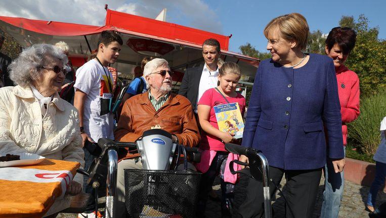 Angela Merkel met bejaarden op een CDU-bijeenkomst in Stralsund, 16 september. Beeld Getty Images